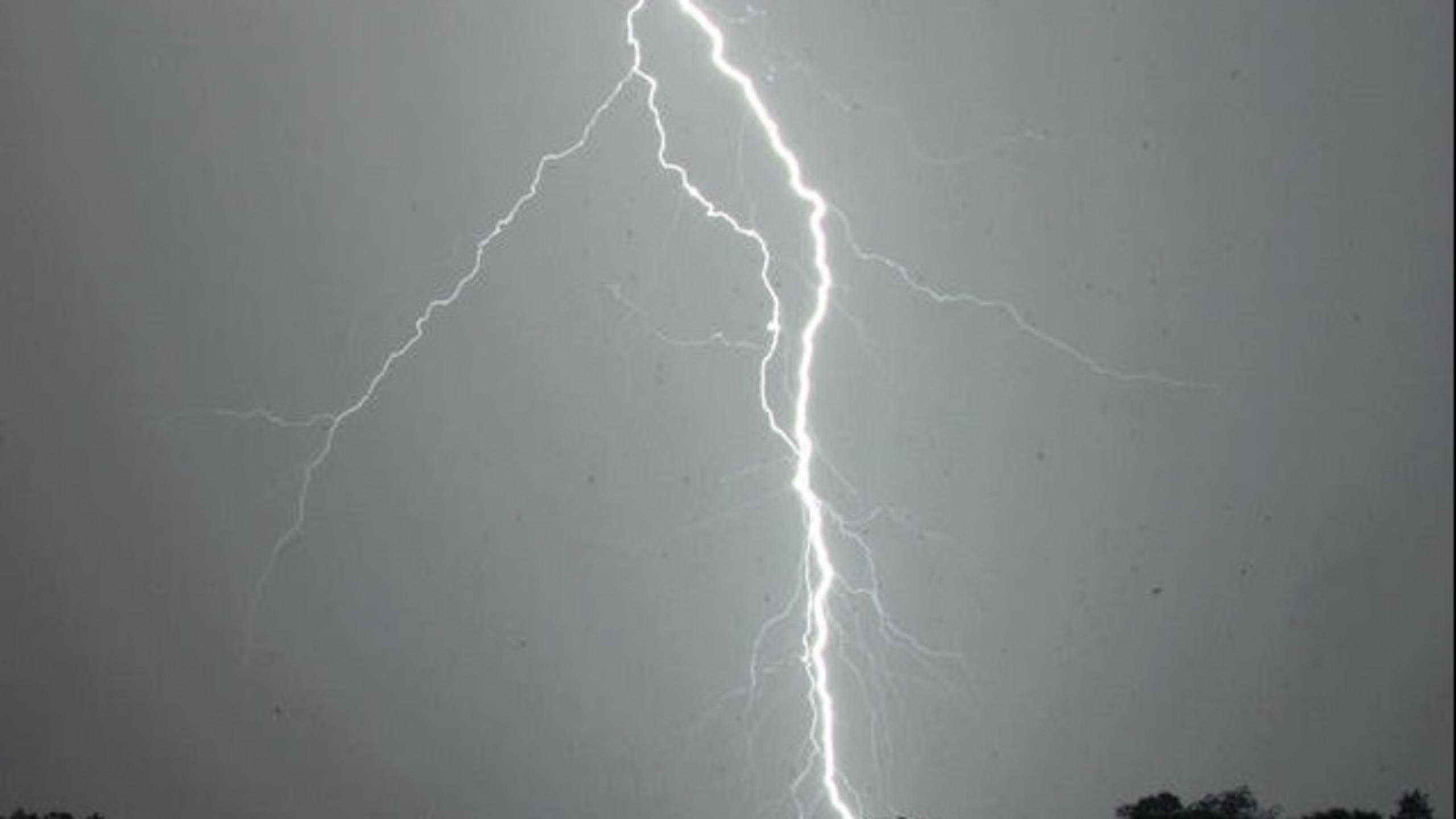 Authorities: 8 hurt by lightning at Florida Gulf Coast beach