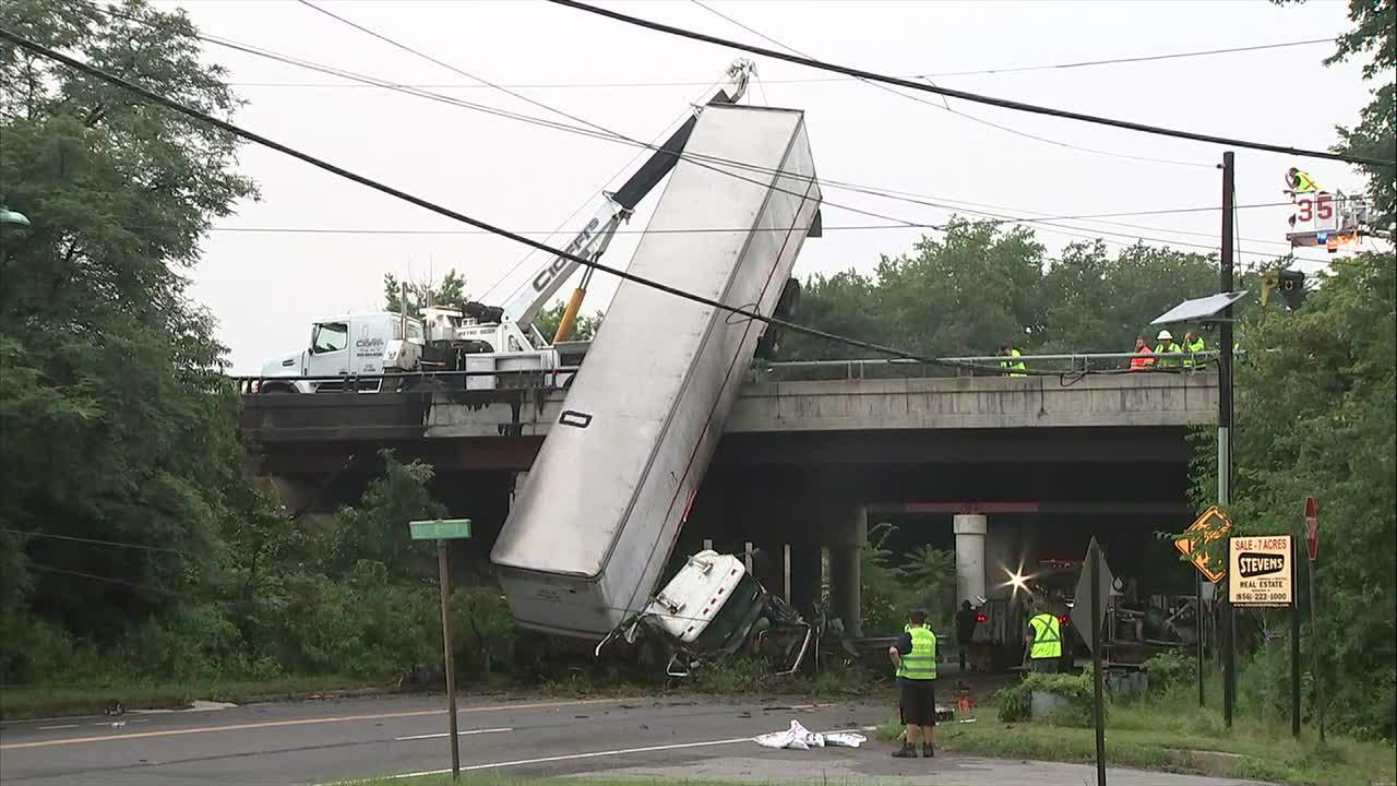 3 vehicle crash sends tractor-trailer off side of I-295 overpass; 2 hurt