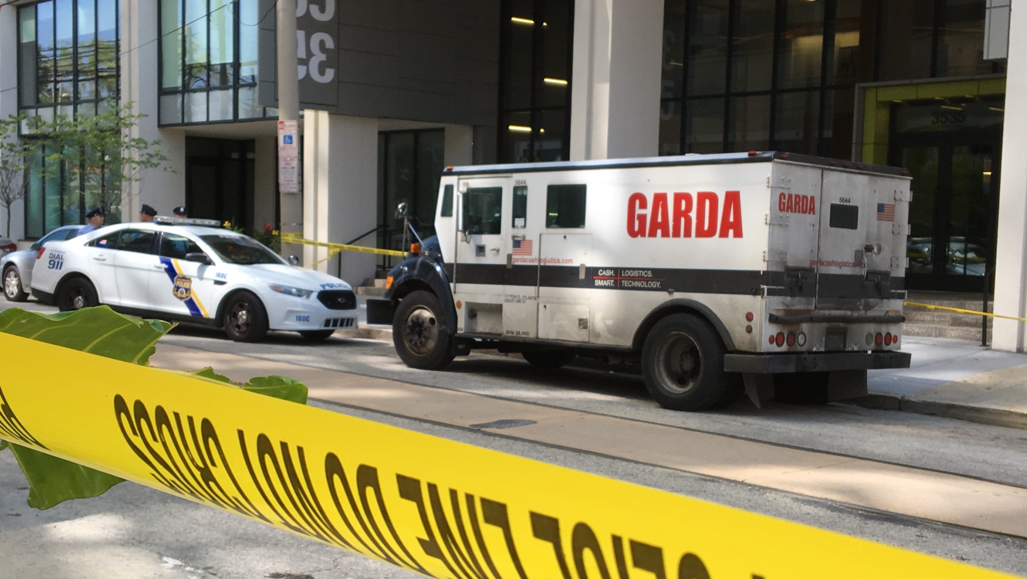 Armored truck guard fires at r...